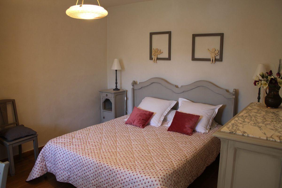 La chambre avec le lit de 160